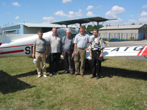 Piotr Sikorski (drugi z lewej), z ojcem (w środku), bratem Adamem (drugi z prawej) oraz instruktorami: Włodzimierzem Skalikiem i Dariuszem Jaworskim.